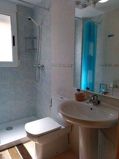 Baño con ducha en primera planta.