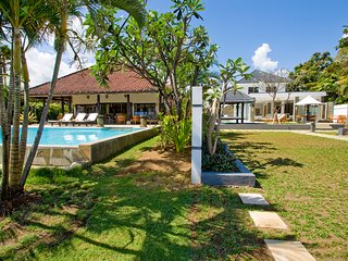 Villa Lovina-beach, luxury 5* villa, staff, beachfront, 2 pools, free boattrip