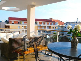 Modern apartment with large terrace close to the beach in Pointe Croisette.