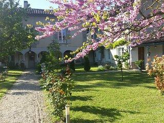 maison de caractère, ancien bain douche, au calme au bord de l'Aveyron