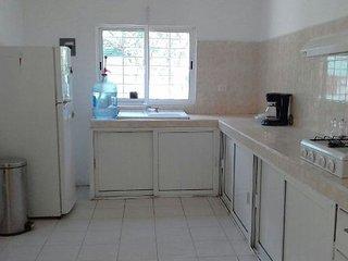 Amplia y equipada cocina. refrigerador, estufa, vajilla, cafetera, licuadora. muy iluminada