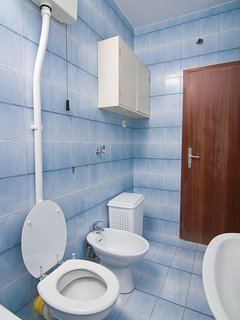 A2(6+2): bathroom with toilet