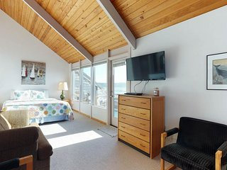 Bayfront studio w/ water views, shared pool, hot tub & beach nearby - dogs OK!