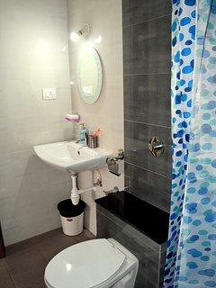 BATHROOM CURTAIN TO AVOID SPRAYING WATER EVERYWHERE