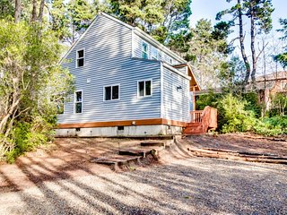 Peaceful dog-friendly home a short walk from the beach, quick drive to town!