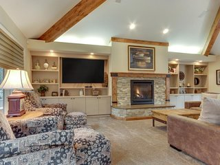 Vacation home w/ golf course views, private hot tub, sauna. SHARC access too!