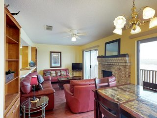 Casual bayfront getaway w/access to shared pool & dog-friendly atmosphere