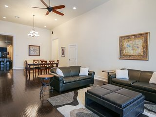 Luxury 3BR condo in Downtown by Hosteeva