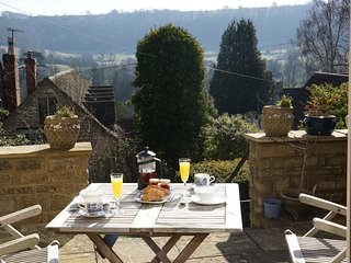 Cotswolds, romantic retreat, views and hot tub!