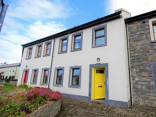 The Yellow Door - Ballyvaughan, 3 bedroom Town House in the heart of the Burren