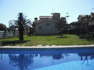 Acogedora casa con jardín de cesped natural 1000m2 y piscina privada
