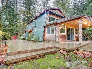 Charming, dog-friendly, Mt. Hood cabin with firepit and hot tub!