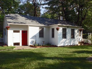 A Quaint Country Cottage in Scenic Harbor Country!