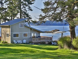 Upscale waterfront retreat w/ panoramic views of active wildlife habitat