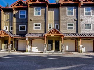 Bring along your dog to this condo with pool and hot tub access!