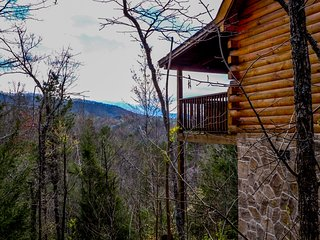 Enchanted Evening . Luxurious Cabin, Mtn Views, In/Outdoor Jacuzzi, Game Room