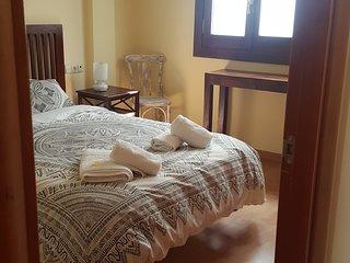 El dormitorio. Gran ventana  con persiana , que da a un luminoso patio. Ningún ruido.