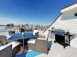 Stylish 3BR/3.5BA w/ Rooftop Deck & Panoramic Skyline View - Near Downtown