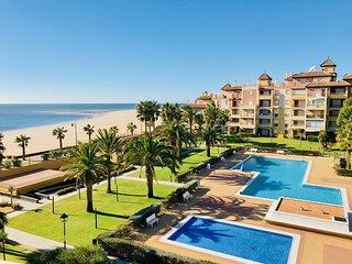 Lujoso apartamento FRONTAL AL MAR - Isla Canela, con piscina, jardines y padel