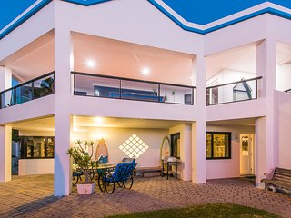 Mullaloo beachfront  2 bedrooms 1 bath APARTMENT  with garden and heated pool