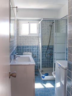 Bathroom with shower box of 80 x 80 cm.