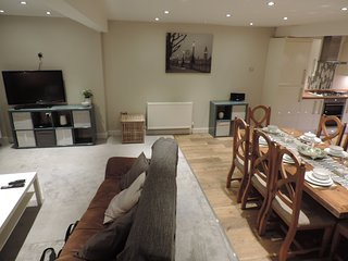 4 Bedroom Farnborough Airport Accommodation