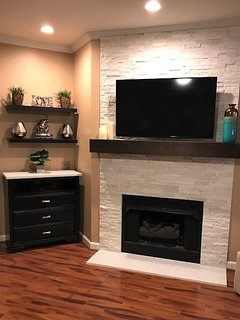 Great Room HD 50' TV, free HBO,Showtime, 100+ channels, DVR,DVD, WIFI, New  Gas fireplace