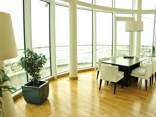 Panoramic View Over River Apartment in Private Condominium - Expo09