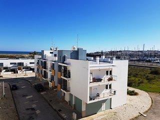 Stylish 2 bedrom Top Floor apartment next to the beach Meia Praia