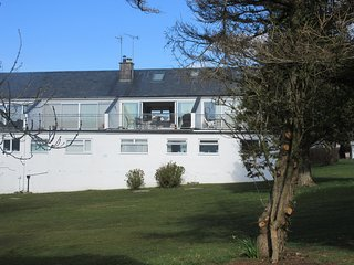 30 Cae Du. Lovely 2 bed house, sleeps up to 6. Dogs possible. Beach 3 mins walk