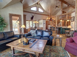 Goldenrod Home 7 sleeps 15, private laundry, PRIVATE HOT TUB, Garage, Family Ret