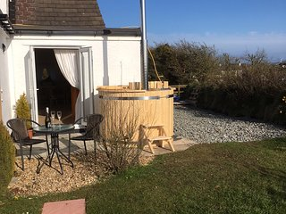 Romantic B&B Cuddfan/Hideaway with PRIVATE HOT TUB Anglesey