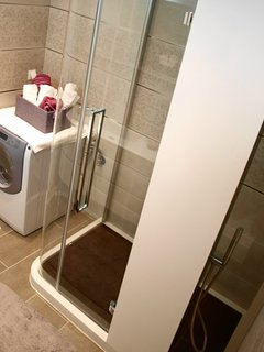 Bathroom with walk in shower, hydro-massage jet and wash machine