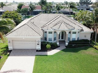 Stunning 3 bed pool home, waterfront villa in Cape Coral