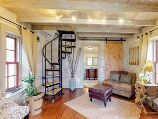 Historic retreat for two with private porch & kitchenette - close to town