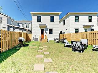 New 3BR w/ Big Fenced Backyard & Fire Pit - Near Downtown & Forsyth Park
