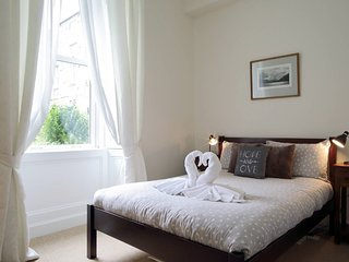 West End,  1 bed flat with secret garden, 15 minute canalside walk to citycentre