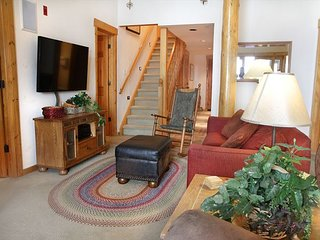 1,685SF Penthouse with private hot tub, very close to skiing & mtn biking!