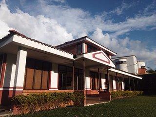 Vivienda campestre para descanso con piscina,  zonas verdes y excelente vista