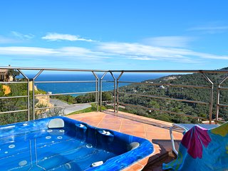 Villa with on top of a hill with a beautiful sea view -jacuzzi-wifi