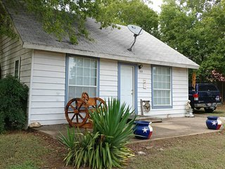 Cute little house20 mins to Fort Worth, 2 bedroom, sleeps 5! dogs welcome!