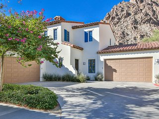 Deluxe Two Story 3BD/3.5BA Townhouse with Mountain Views - T64