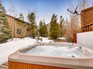 Private Hot Tub, Picturesque Mountain Views, Lots of Space, Near Ski Resorts, Pe