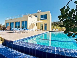 SUNNY villa, a perfect spacious villa with Private Pool, WiFi & AC in all rooms