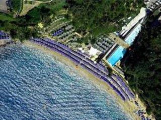 BLUE BAY Beach, etwa 800 Meter entfernt.