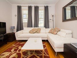 2 BR apartment, Steps to Longwood, MBTA, Boston, shopping (Parking avail)