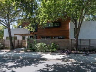 ACL Special 10% Discount - Upscale, Modern DT Home w/Guest House, Pool & Outdoor