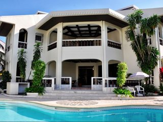 Casa MaGeo: Villa with a pool on Subic Bay