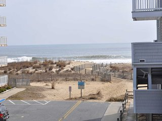 Unit 8 on Second Level, Private Parking, Close to Beach, Linen included