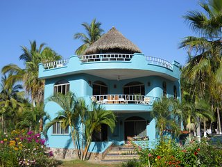 Secluded beach home, gated community, 5 mi beach, 2 pools, 2 kayaks, pristine.